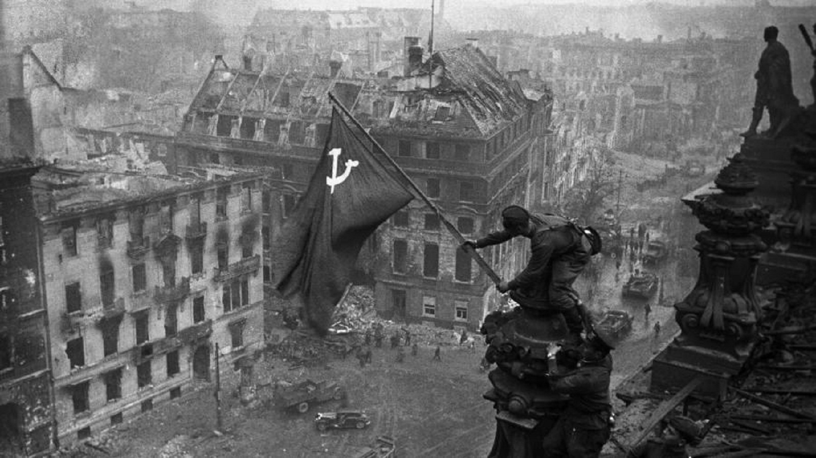 Photo of Facebook started deleting posts with a picture of The victory banner over the Reichstag