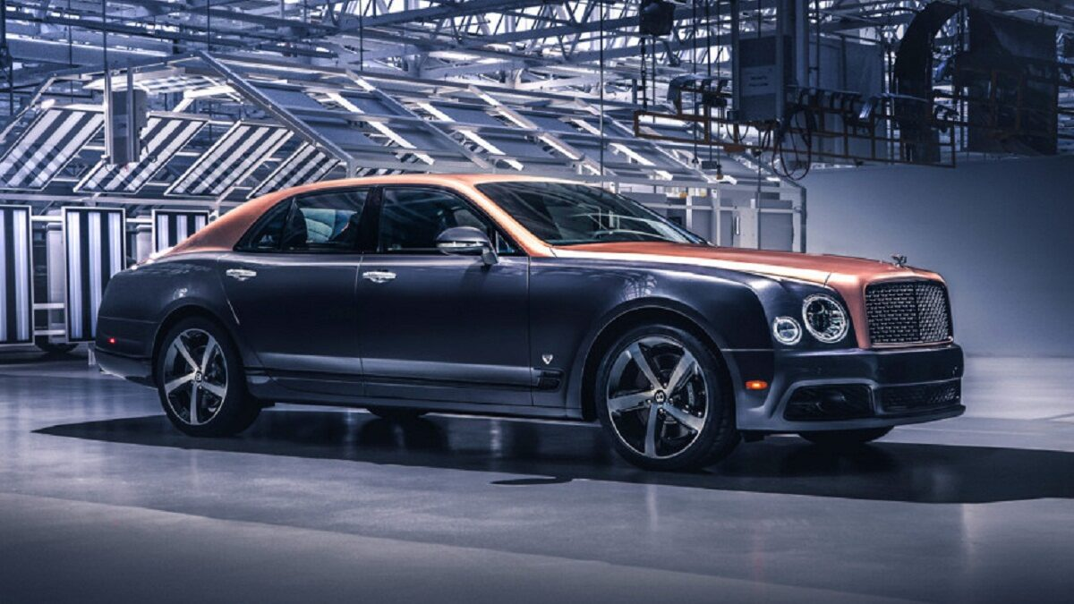 Assembled in early June, the last Bentley V8 engine with a volume of 6.75 liters finally got an aggregate carrier: the factory in Crewe released the final copy