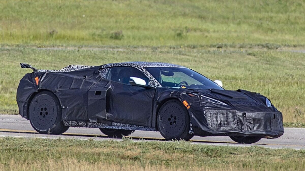 The mid-engine Chevrolet Corvette C8 was introduced a year ago and will soon begin to grow modifications. This is confirmed by new spy images that show the prototype in camouflage: according to the portal Carscoops,