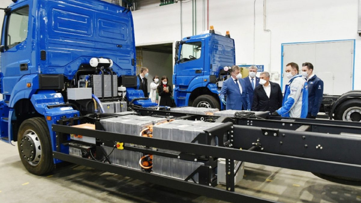 On the fourth of June, Tatarstan President Rustam Minnikhanov visited KAMAZ: different models were put up for him, starting from the very first truck and ending with cars of the promising K5 series.