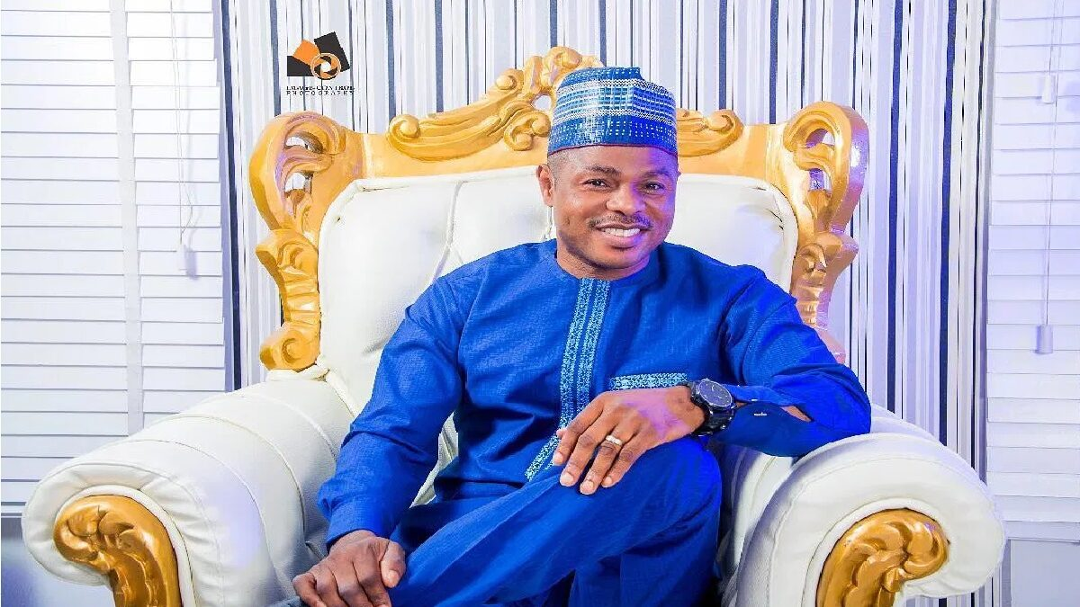 Photo of Fans watch in awe as gospel musician Yinka Ayefele gets back on his feet (video)